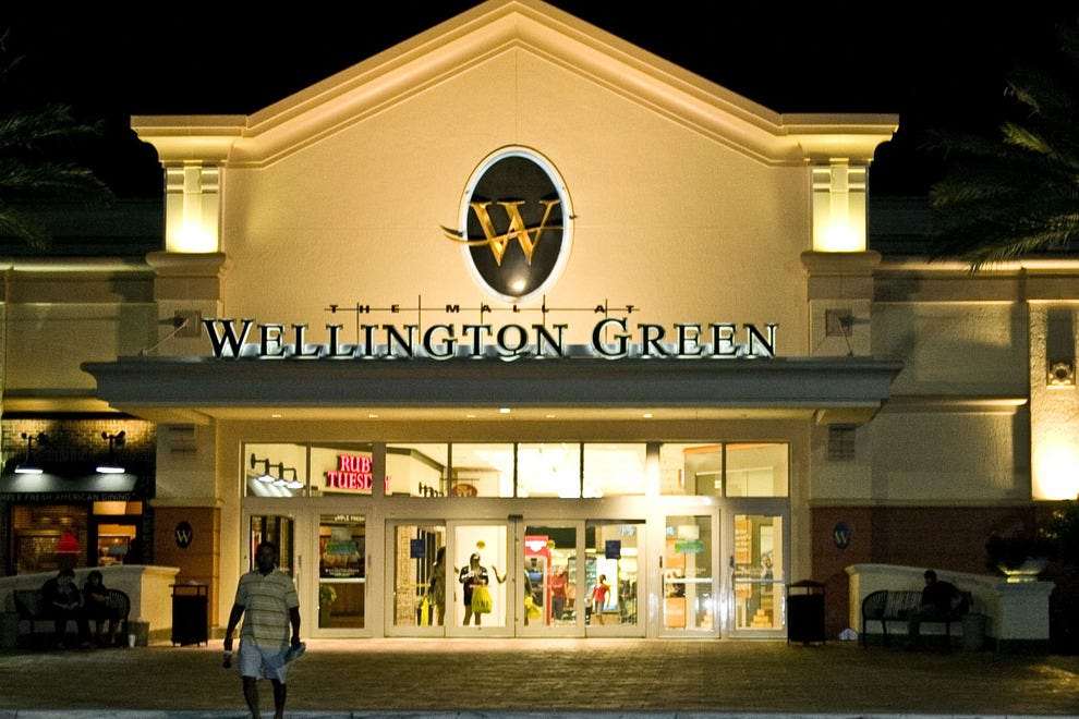 The Apple Store is located in the Mall at Wellington Green, at West Forest Hill Boulevard in Wellington, FL. Traveling on I, exit Forest Hill Boulevard, head west, and cross State Road 7. Wellington Green is on the left side of Forest Hill Boulevard. The Apple Store is .
