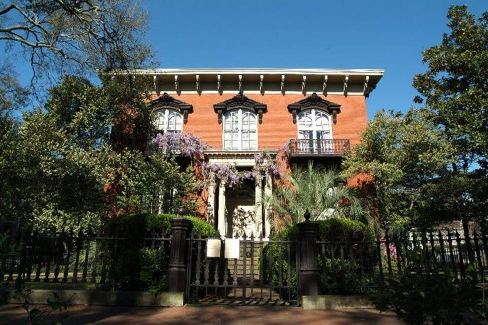 Savannah tour of homes gardens savannah attractions for Historic houses in savannah ga