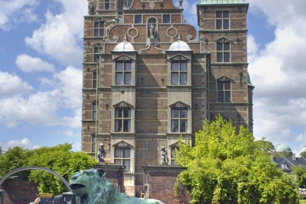 Русенборг Слот Лучшые достопремечательности Копенгагена Лучшые достопремечательности Копенгагена p CopenhagenBaroquecastleofRosenborgiStock000000497325L1 54 990x660 201405311510