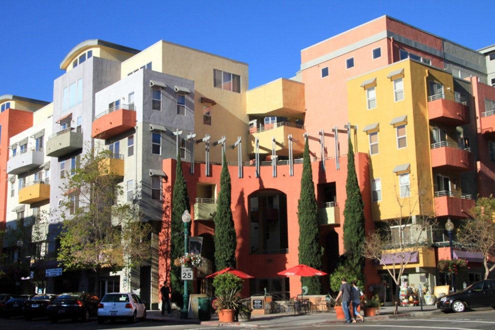 带有意大利主题的多彩建筑有助于定义圣地亚哥的小意大利社区。