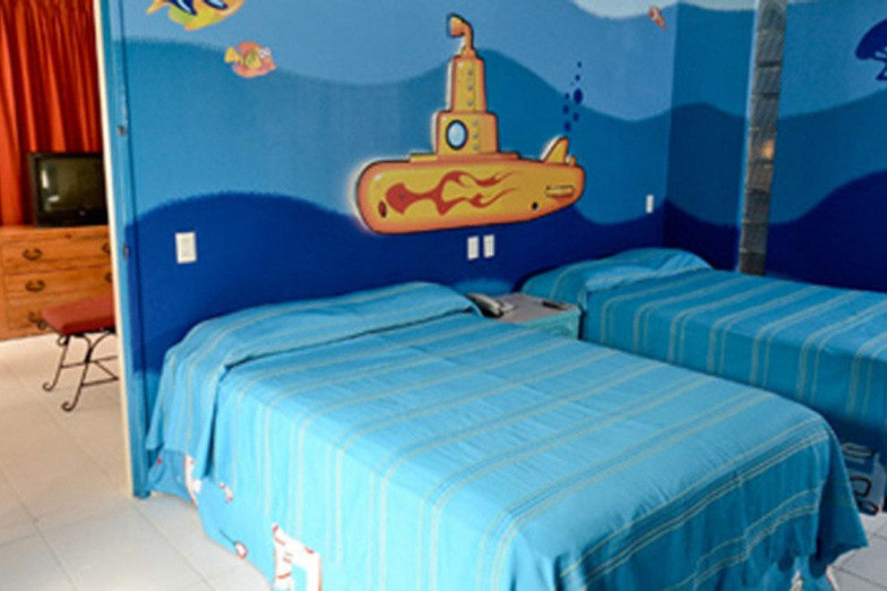 Oasis palm beach offers themed rooms for families hotels for Beach themed kids room