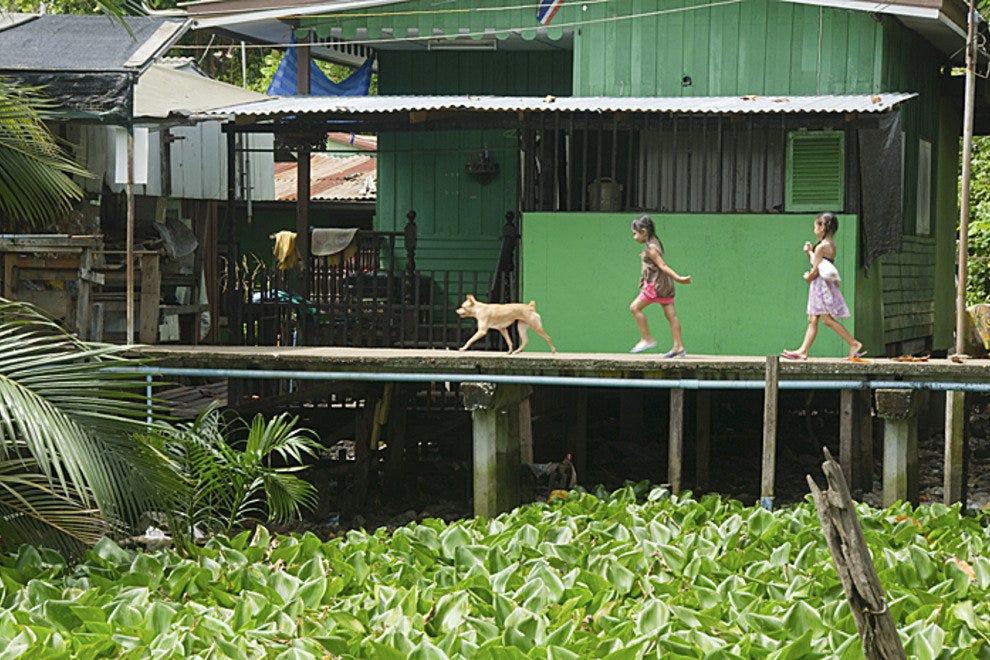 一个女孩沿着邦克拉超高高的堤防行走。