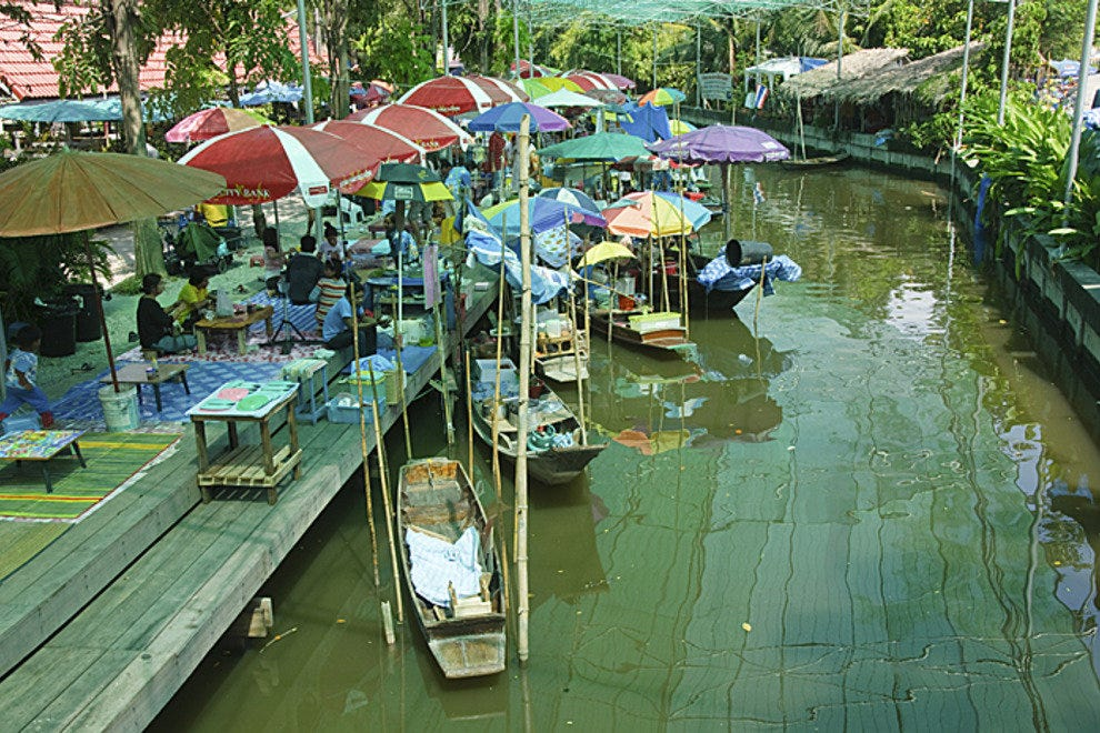 vendors at the Naam Peung weekend floating market