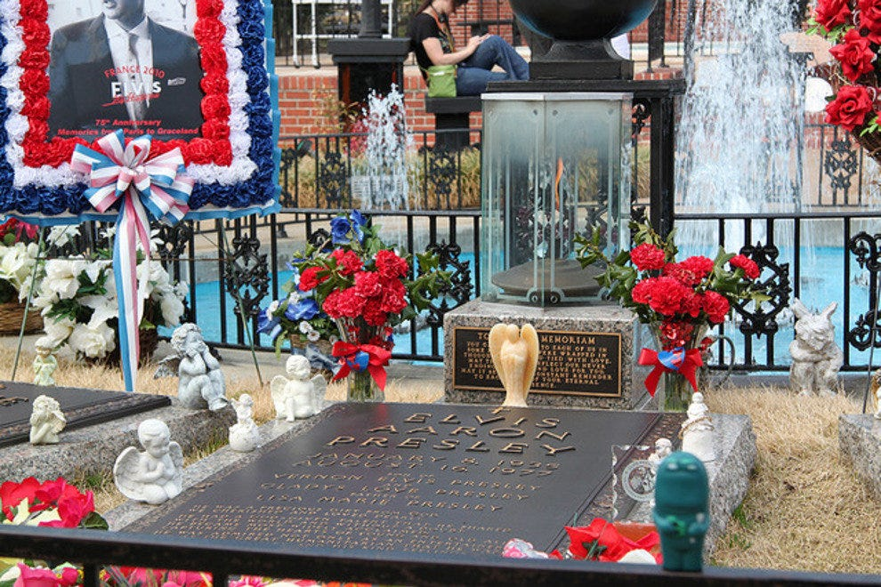 Elvis graveside tributes at Graceland