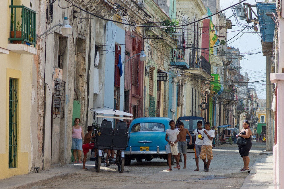 The streets of La Habana are awash in tropical hues