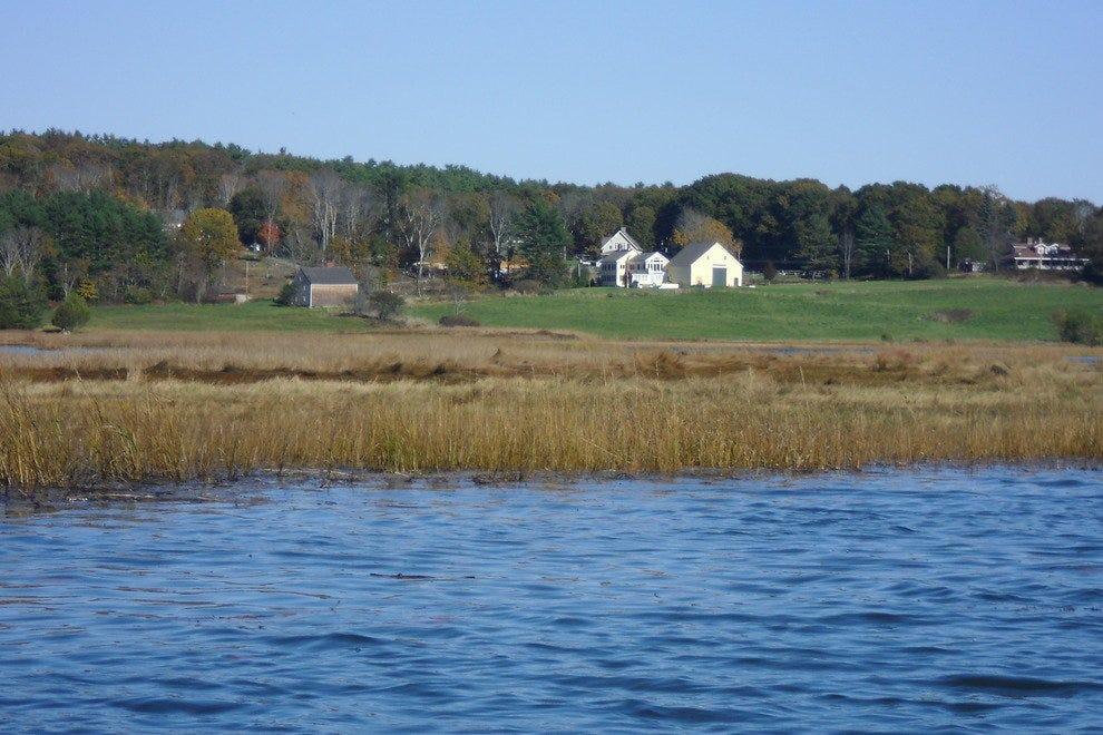 远处的农场为这迷人的水景增添了色彩。