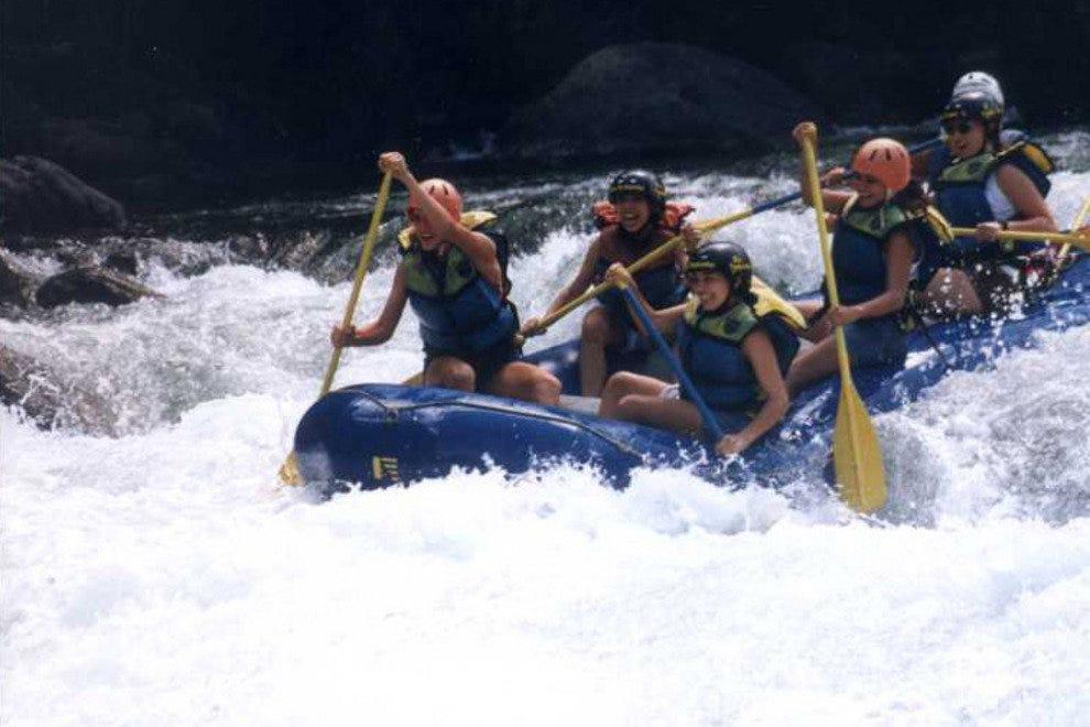 与探险家一起在里约帕库雷漂流的白水