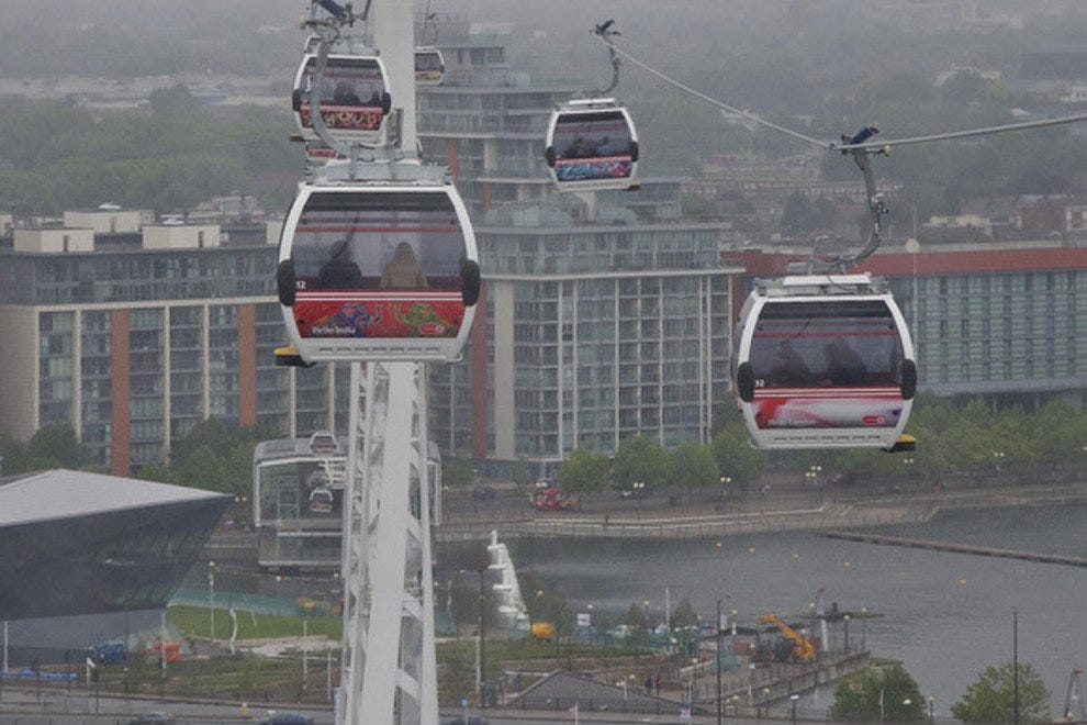 The cable and cable cars across the Thames