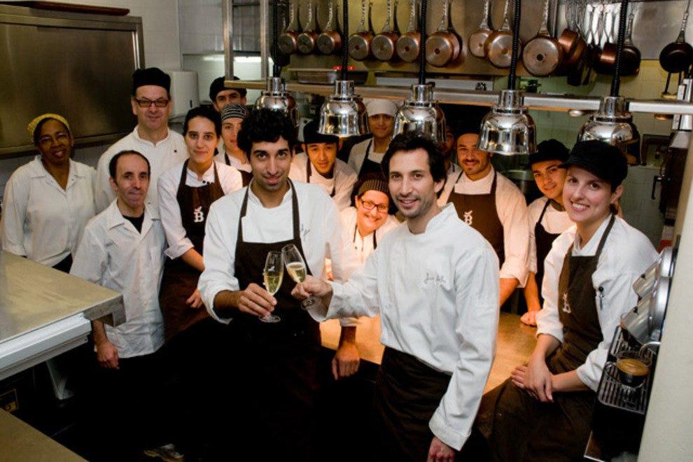 Jose Avillez(中心,右)烤面包厨师大卫耶稣和贝尔坎托厨房团队。