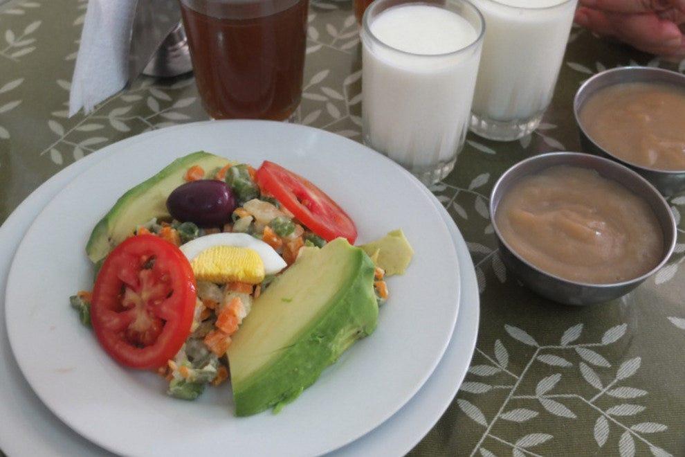 鳄梨沙拉,酸奶,麦加布丁和草药饮料。