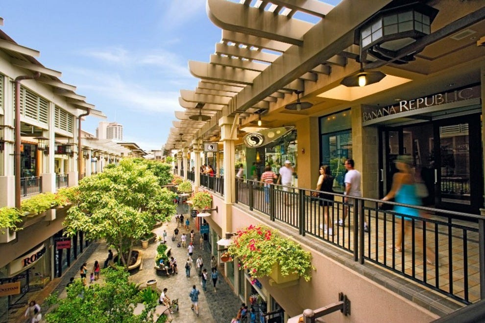 The refreshing Hawaiian wind blows through Ala Moana Center, the world's largest open-air shopping center. There are more than shops and restaurants to explore, including four department stores, first-class boutiques and more than dining options.