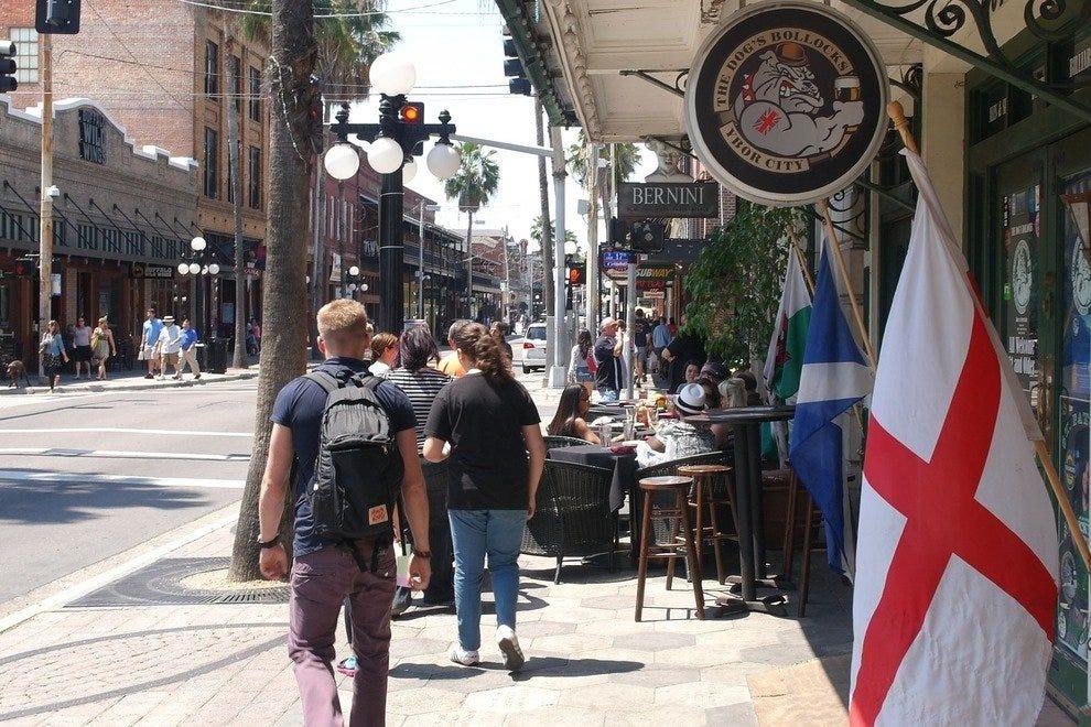 城市街道两旁都是历史建筑,兼收并蓄的购物和人行道咖啡馆