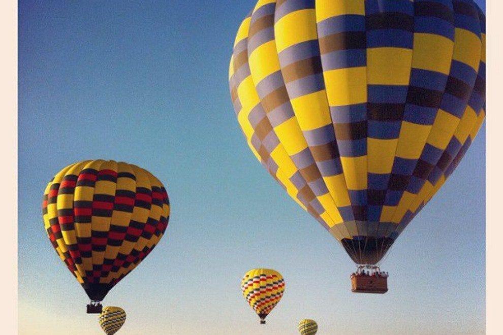 山谷上空的气球
