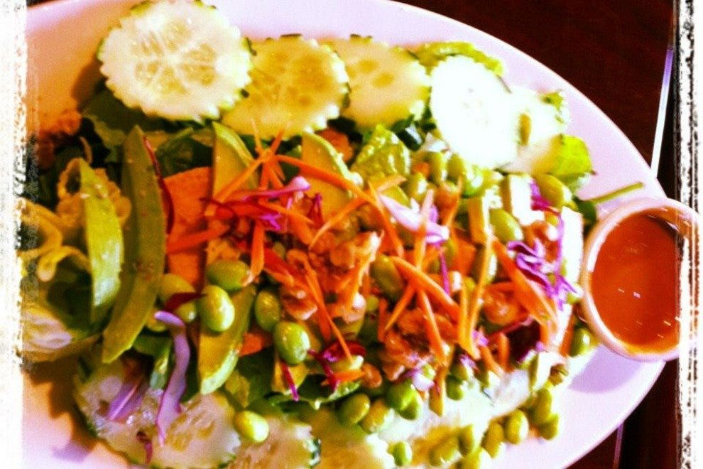 Green power salad with peanut sauce