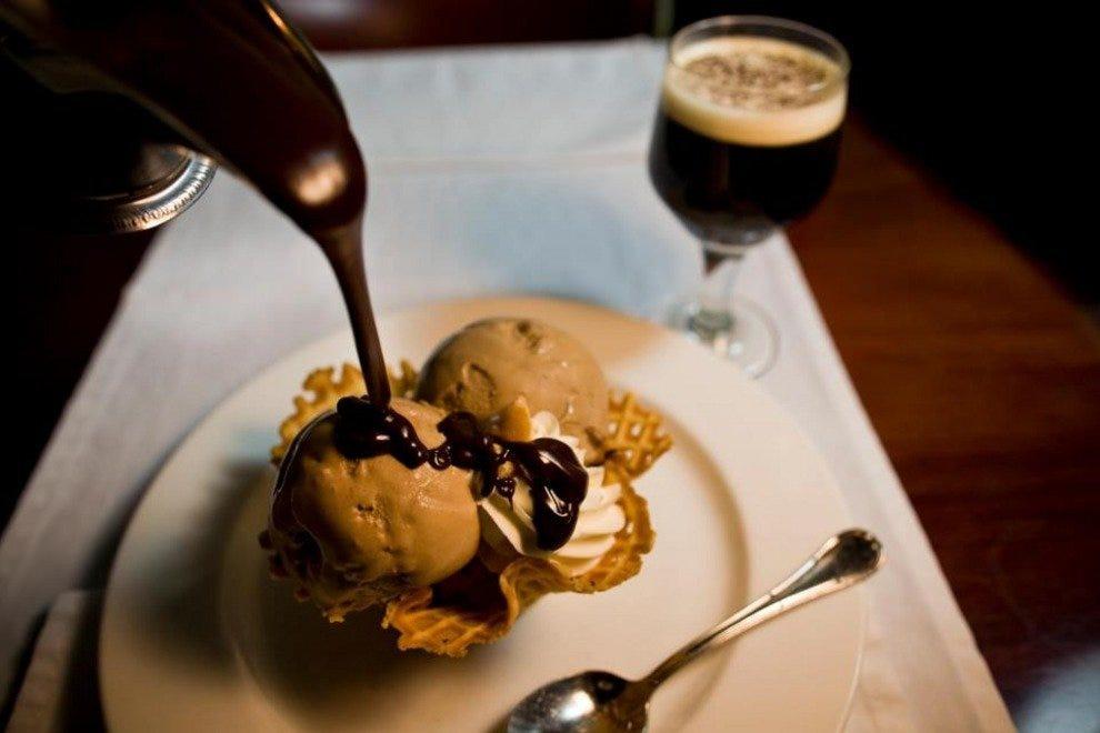 在伯尔尼著名的甜点室享受美味的甜点,结束您的一天。