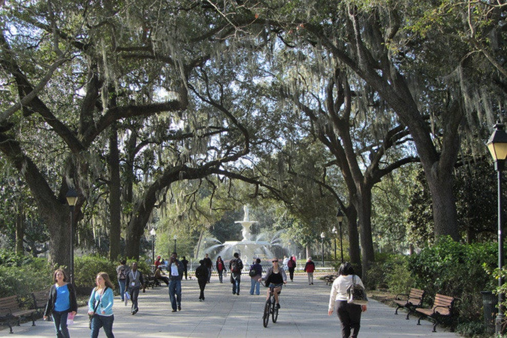 the forsyth park fountain was featured in the movie adaptation directed by clint eastwood - Midnight In The Garden Of Good And Evil Book