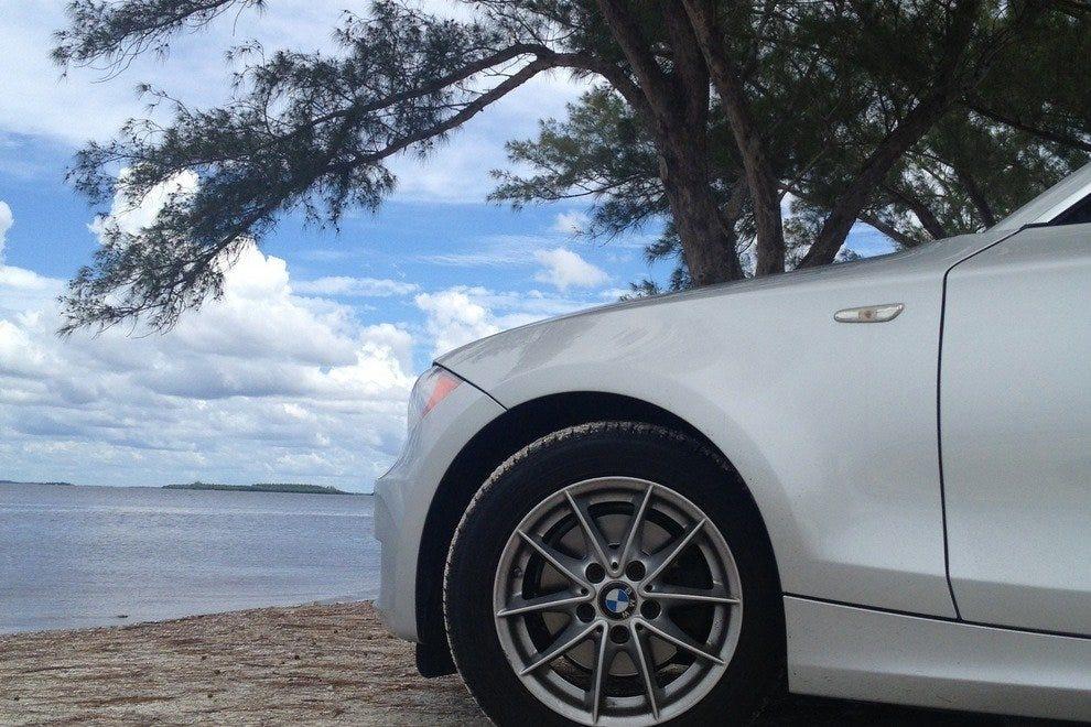 把你的车开到桑尼贝尔堤道的水上,轻松野餐。