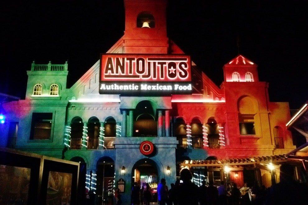 Antojitos的彩色立面照亮了城市步行街的夜晚