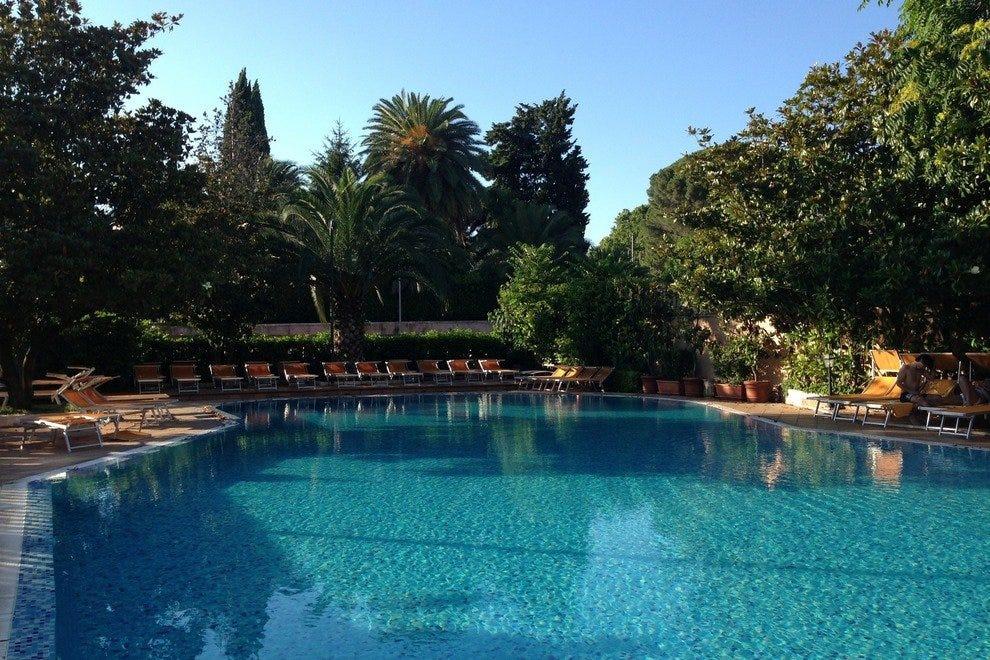 在贾尼科罗大酒店的绿色绿洲中游泳