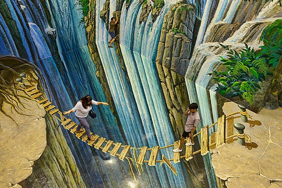 游客在天堂的艺术桥上过桥