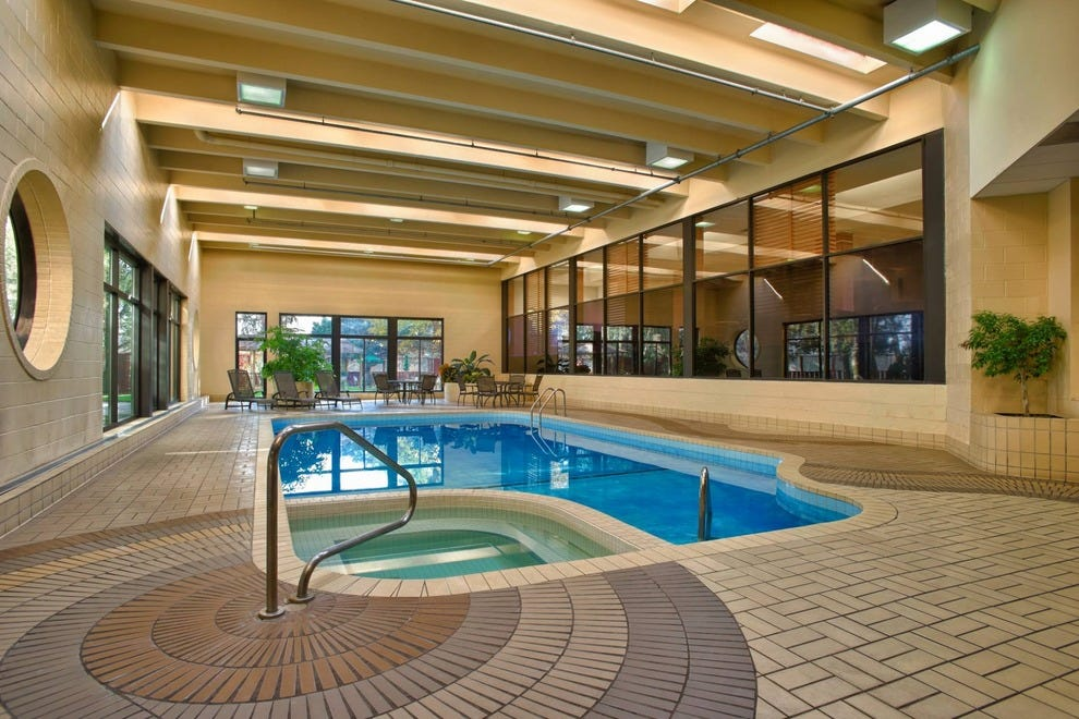 Four points by sheraton toronto airport toronto hotels for Pool show mississauga