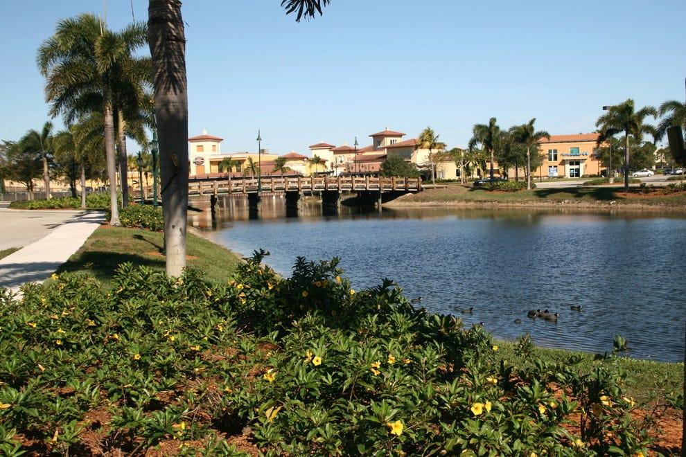 湖景和花卉景观增加了椰子点购物体验