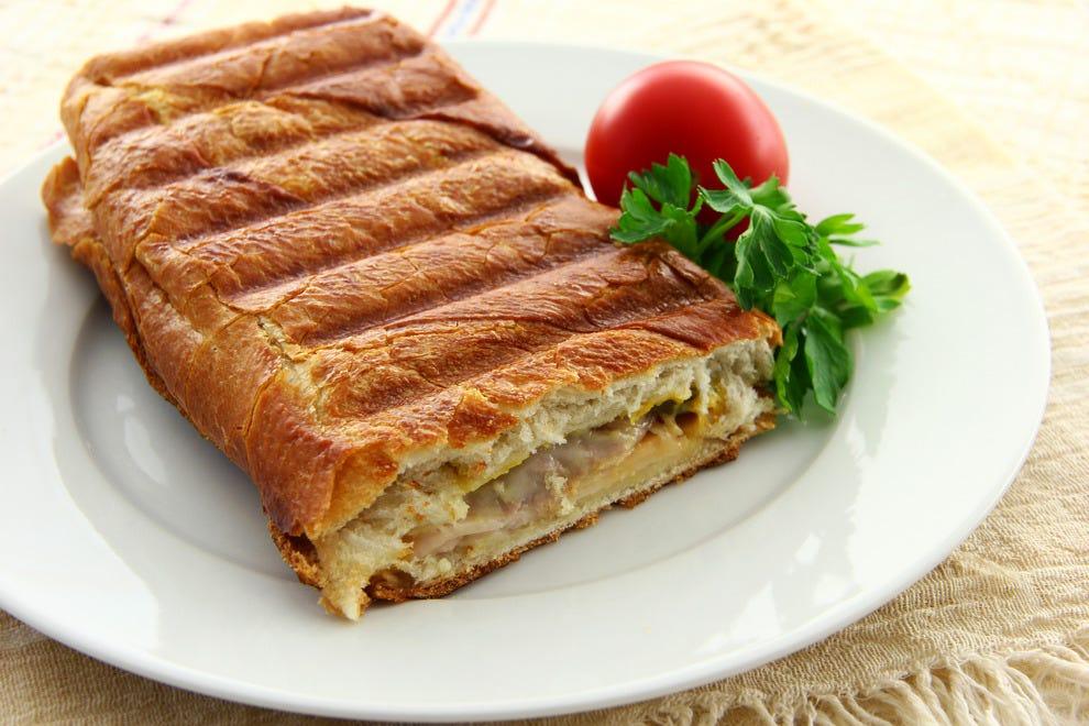 品尝坦帕的标志性古巴三明治在你的Ybor市美食之旅