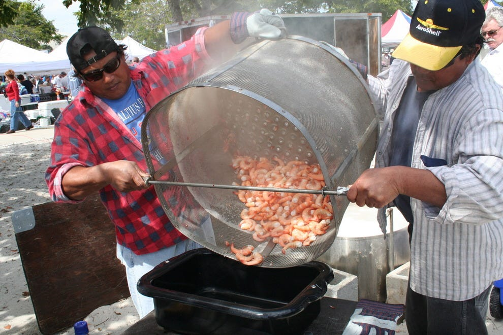 大锅虾在上午10点开始沸腾。在迈尔斯堡海滩虾节