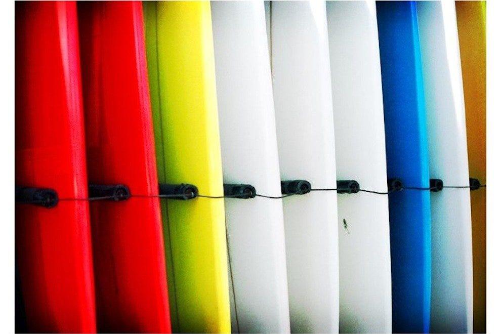 在可可海滩冲浪公司买冲浪板