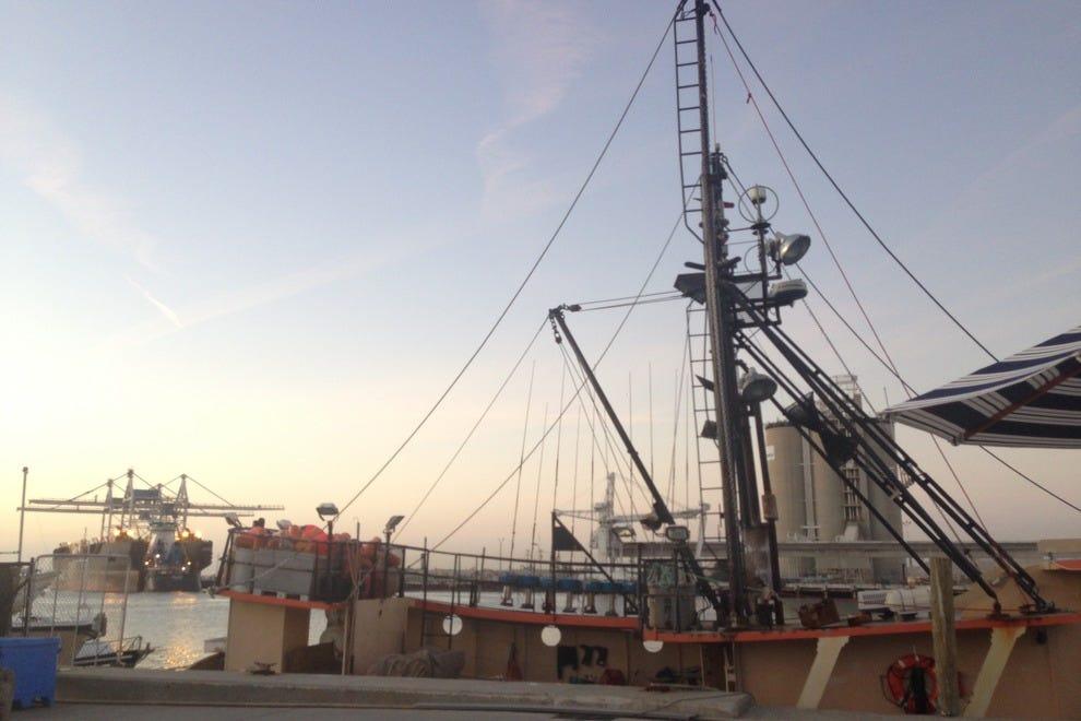 从海鲜大西洋的桌子上可以看到港口的景色