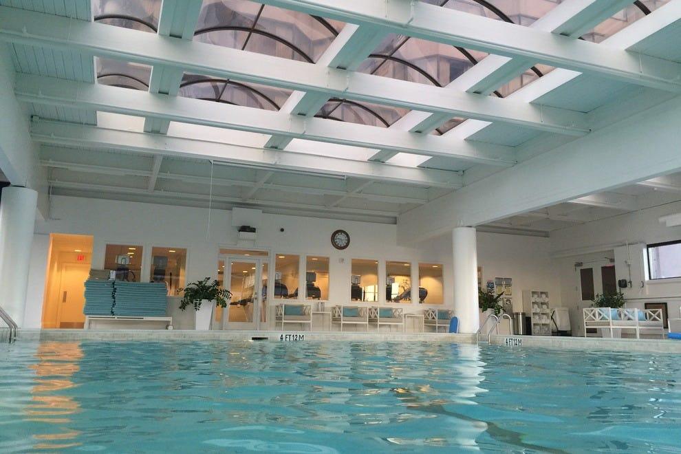 Hotels Near Georgia Aquarium With Indoor Pool