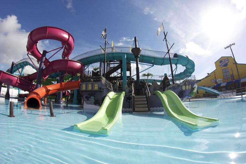 沉船岛水上公园包括四个主要的滑梯