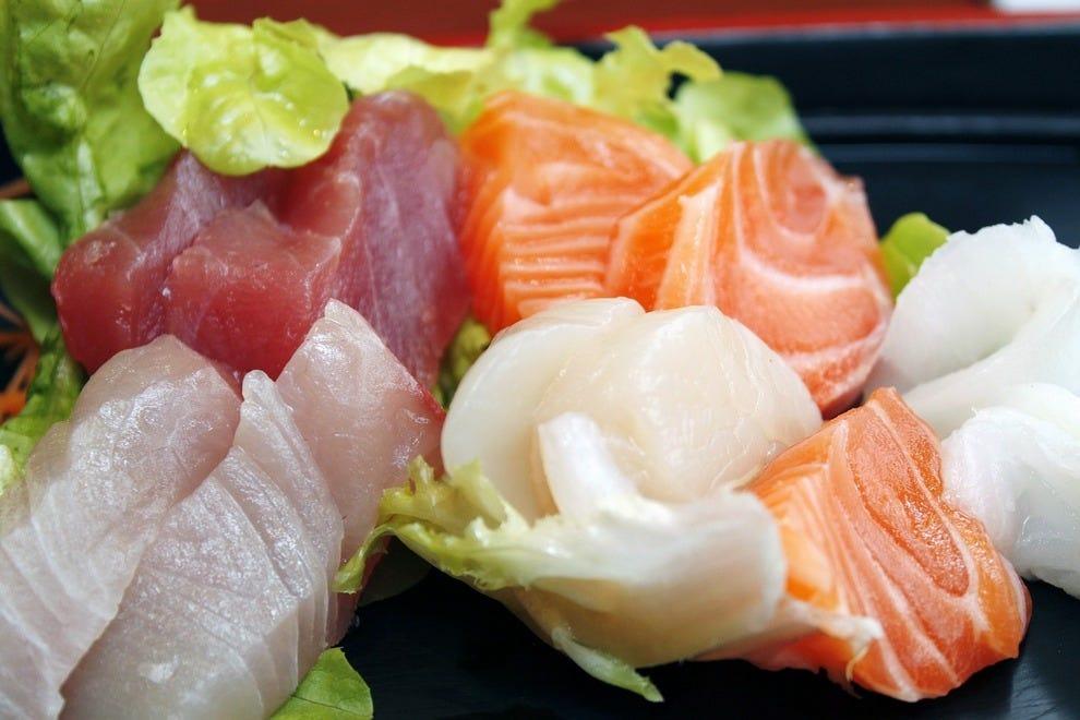 https://img2.10bestmedia.com/Images/Photos/307082/sushi-373585-1280_54_990x660.jpg