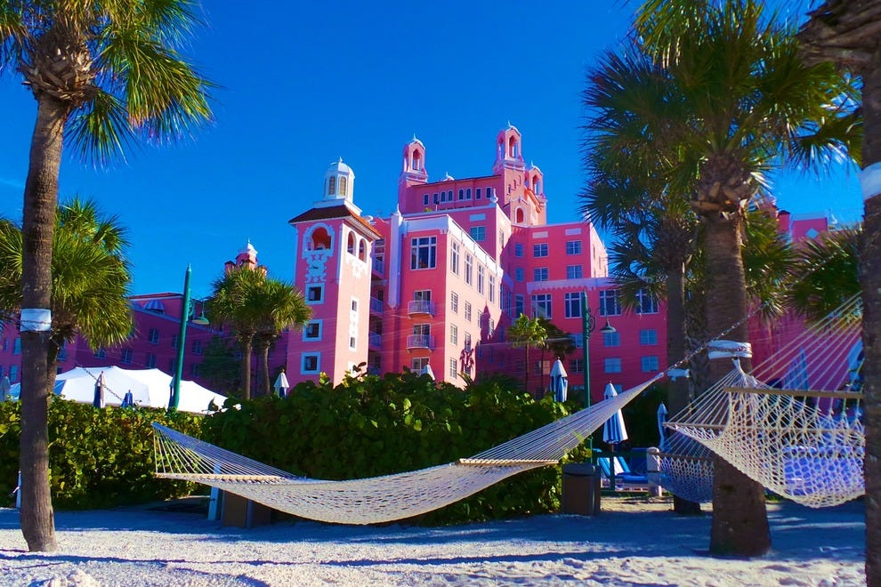 在Loews Don Cesar酒店众多海滨吊床之一放松身心。