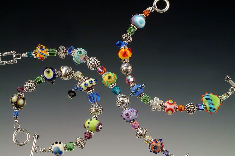 艺术家Rick Sadler的标志性灯饰玻璃首饰在世界各地都有收藏
