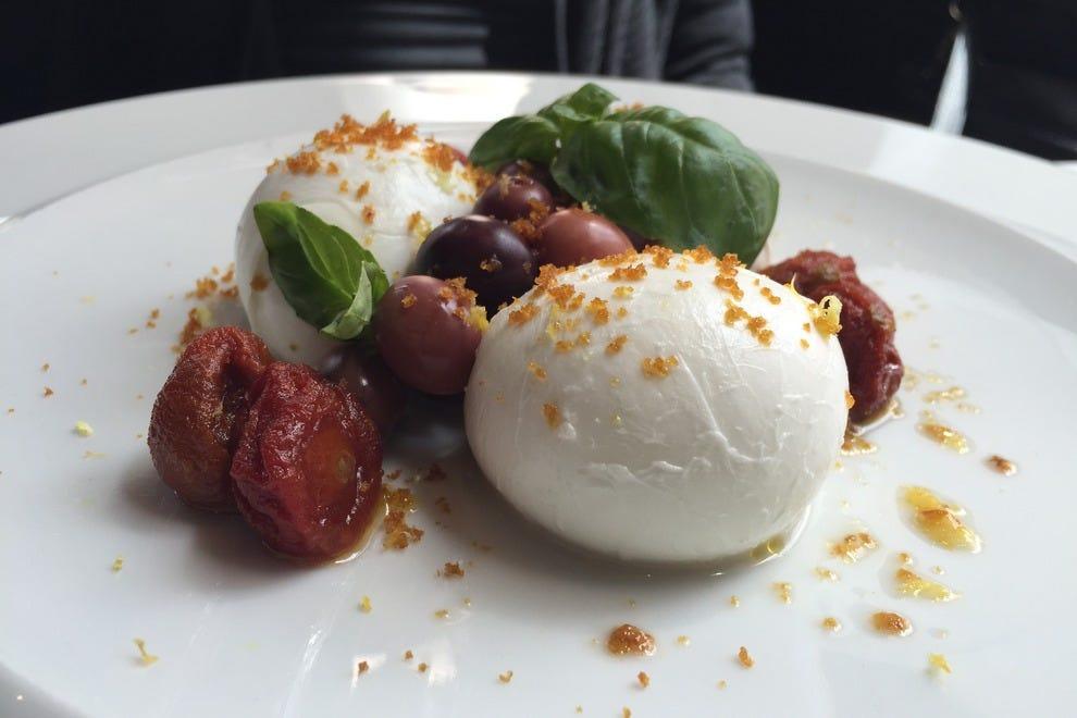 布鲁内罗酒廊和餐厅的水牛干酪配樱桃番茄和加埃塔橄榄