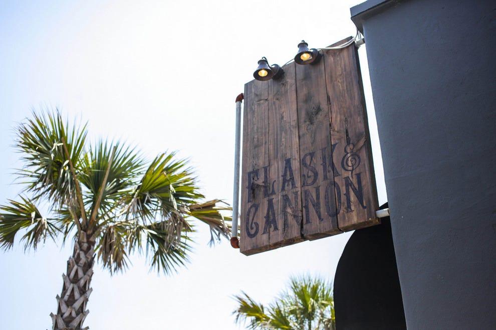 在杰克逊维尔海滩,tiki酒吧用Flask & Cannon卷土重来