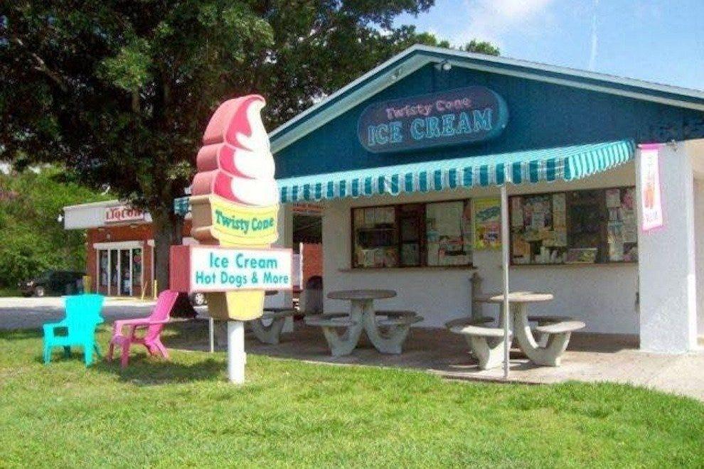 甜筒冰淇淋和蛋糕