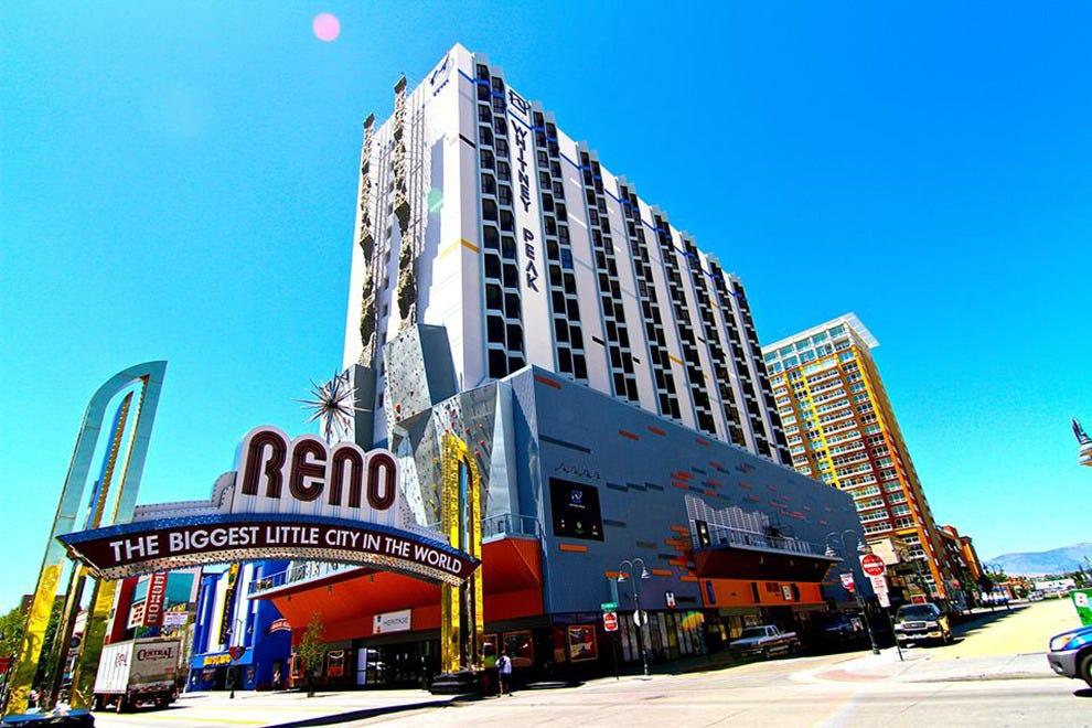 惠特尼峰酒店是雷诺市中心第一家非博彩酒店。