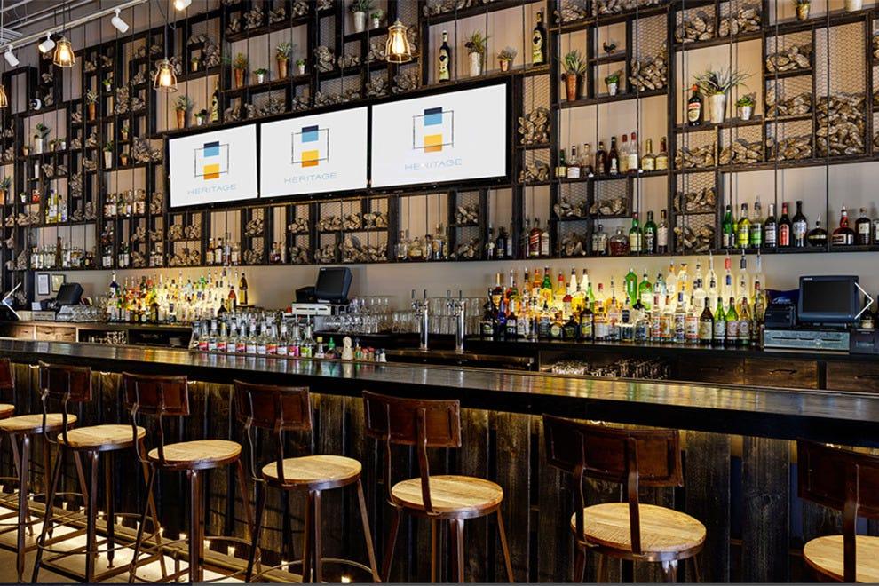 传统餐厅和酒吧的欢乐时光和鸡尾酒