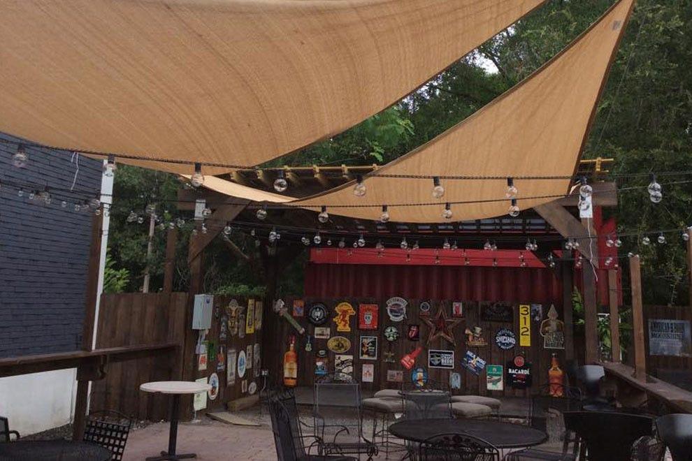红星摇滚酒吧的户外区域为乐队提供了一个很大的座位区和舞台