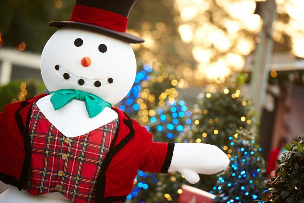享受一百多万盏闪烁的灯光,圣诞小镇的节日表演和假日购物