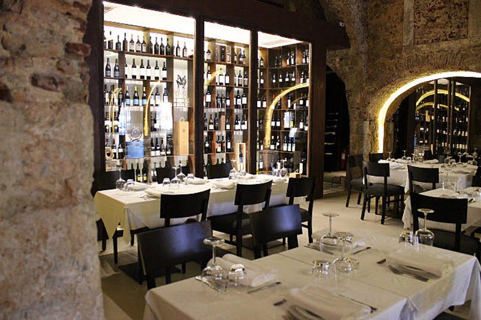 夜光给餐厅增添了浪漫的气氛