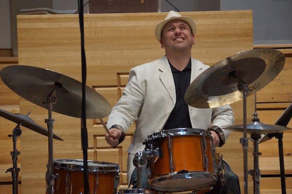 古巴出生的打击乐手和作曲家阿图罗·斯塔布尔在Terraza 7登台