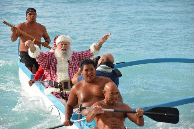 Santa Paddles in to the Outrigger Waikiki Resort