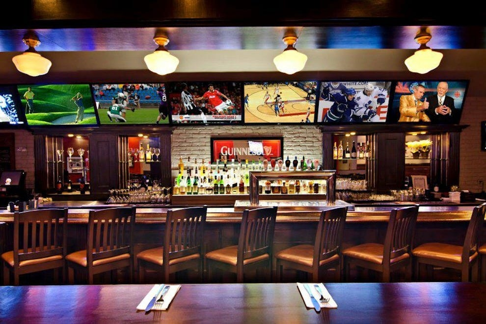 Toronto sports bars 10best sport bar grill reviews for Bar food top 10