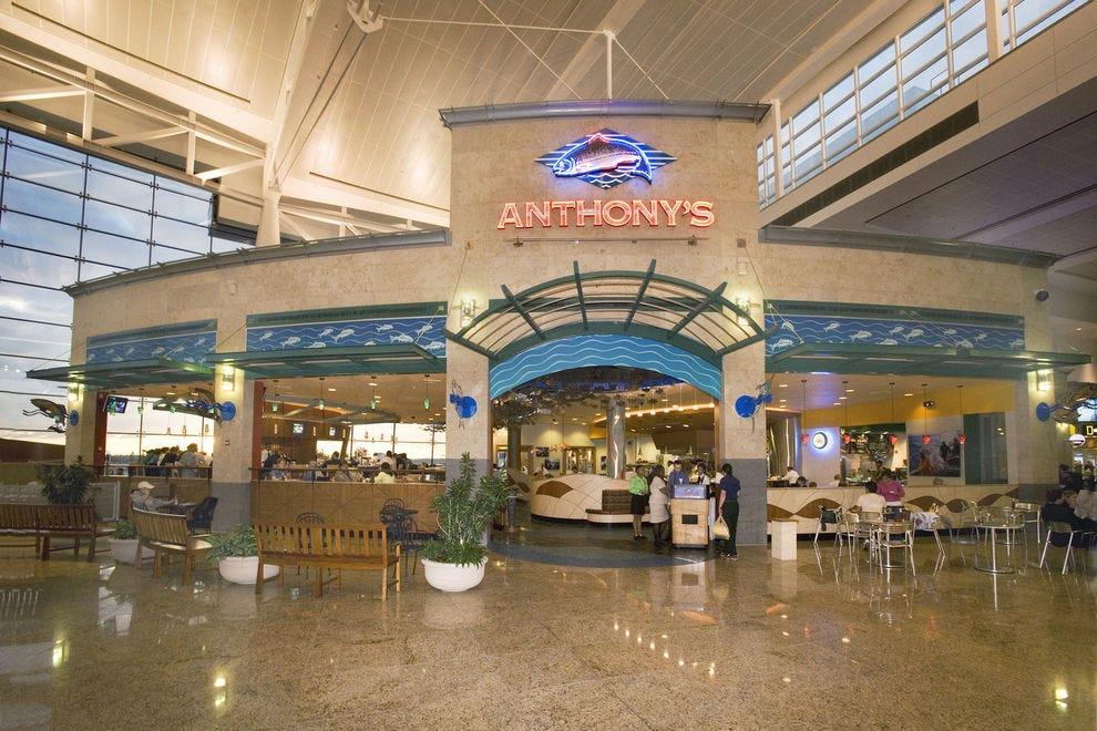 izzy 39 s steakhouse wins best airport local regional dining contest