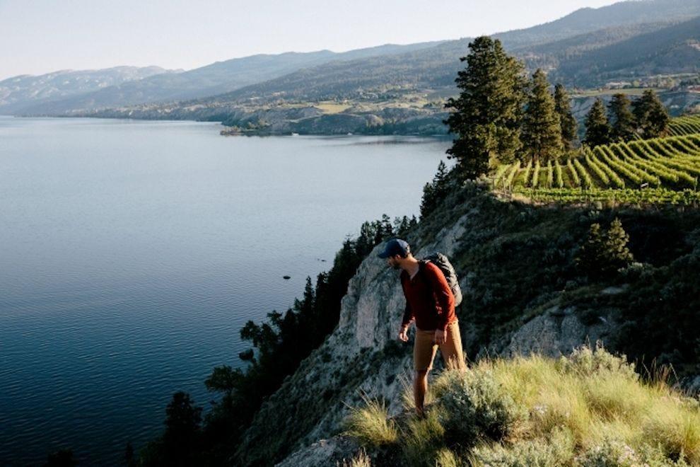 游客可以欣赏奥卡纳根湖的景色,背景是那拉玛塔的长凳