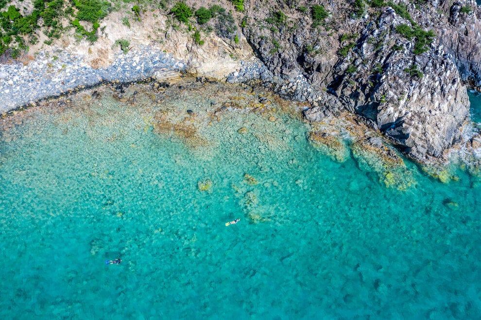 Couple de plongée en apnée au large de la côte